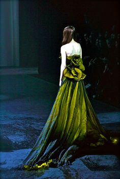 """Coco Rocha on the runway of Givenchy Paris S/S 2007 HC."" Pinned for the Richness of that Fabric. Style Couture, Couture Fashion, Pretty Dresses, Beautiful Dresses, Fashion Fotografie, Mode Glamour, Green Gown, Shades Of Green, Strapless Dress Formal"