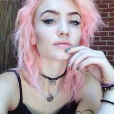 See if I had pink hair I'd look like an awful failed version of strawberry shortcake BUT this is gorgeous on her Bright Hair, Pastel Hair, Pink Hair, Pastel Pink, Rainbow Pastel, Hipsters, Grunge Outfits, Punk, Hair Inspo