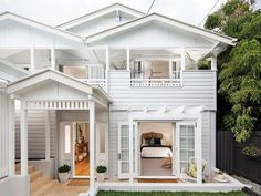 The Tried And True Method For Queenslander Homes In Detail To Copy - Queenslander architecture is a modern term for the typical residential architecture of Queensland, Australia. It is also found in the northern part. House Paint Exterior, Dream House Exterior, Exterior House Colors, Queenslander House, Weatherboard House, Style At Home, Hamptons Style Homes, Facade House, House Facades