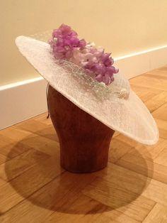 Sisita Tocados. Tocado decorado con flores de seda.