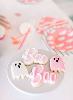 A Kids' Pink Haunted Mansion Halloween Party Hallowen Party , A Kids' Pink Haunted Mansion Halloween Party A Kids' Pink Haunted Mansion Halloween Party. Halloween Desserts, Diy Halloween, Halloween Mono, Happy Halloween, Postres Halloween, Hallowen Party, Halloween School Treats, Halloween Cookies, Halloween Party Decor