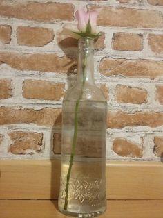 Simple mais joli     *Trouver une jolie bouteille (pour ma part elle contenait du muscat ) *décoller l'étiquette avec de l'eau chaude *remplir d'eau et y mettre une fleur (moi pour être originale j'ai mis une rose )