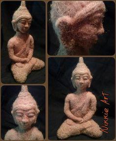 Deze Boeddha is 20 cm hoog, en geheel genaaldvilt met zelfgewassen- en geverfde wol.  By Nikkie Art
