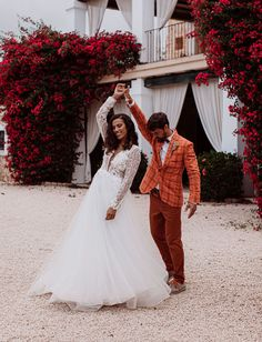 With a dried dandelion crown and an epic dried palm ceremony installation, this wedding will reignite the neutral wedding colors flame! Ibiza Wedding, Tulle Wedding, Wedding Dresses, Bridal Portrait Poses, Neutral Wedding Colors, Minimalist Beauty, Most Beautiful Images, Glam Hair, Bridal Pictures