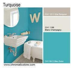 Dans la salle de bain, le bleu turquoise, particulièrement lumineux, donne des airs de lagon. A tempérer par des tons neutres ou des blancs colorés. www.chromaticstore.com #deco #couleurs #turquoise #salledebain