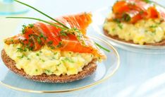 Brunch classic: Smoked Salmon With Scrambled Eggs Fresh Salmon Recipes, Whole Wheat English Muffin, Food Porn, Steak And Eggs, Heart Healthy Recipes, Scrambled Eggs, Smoked Salmon, Sauce, Breakfast Recipes