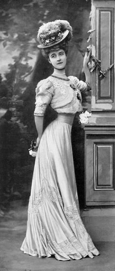 Afternoon dress by Martial & Armand, Les Modes August 1906. Photo by Félix.