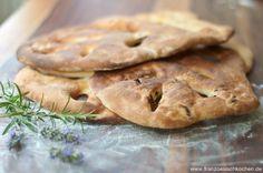 Kennen sie die Fougasse ? Ein typisches Provencalisches Brot. Es handelt sich um ein Hefebrot mit viel Olivenöl , hauptsächlich mit Oliven , Speck oder noch getrockneten Tomaten. Es gibt viele Variationen, mit allen Kräutern der Provence (Rosmarin, Thymian...), Knoblauch, oder noch Sardellen . Es gibt für jeden Geschmack etwas aber am Ende schmeckt es einfach nach Provence. Die Fougasse passt super zum Apéritif oder Picknick. Man kann sie auch pur essen oder mit Ziegenkäse, Tapenade und ...