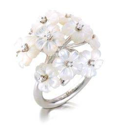 PRIMAVERA RING 215542 An white gold bouquet ring set with white mother-of-pearl flowers adorned with diamonds. Photo Jewelry, Cute Jewelry, Jewelry Accessories, Fashion Rings, Fashion Jewelry, Jewelry Box Plans, Jewelery, Jewelry Necklaces, Equestrian Jewelry