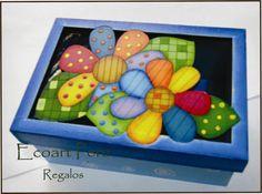 Caja calada con cubierta de vidrio. Trupan pintado a mano