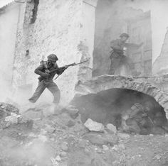 BRITISH ARMY ITALY 1944 (NA 13274)   Staged reconstruction of infantry clearing buildings in Cassino, Italy, 24 March 1944.