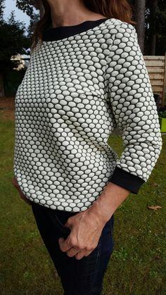 Aster trui van La Maison Victor. leuk model om in verschillende stofjes te maken. ik heb deze trui met 7cm verlengd, vrij kort model. Tip! het voorste halsboord 1 maat kleiner nemen dan je eigen maat.