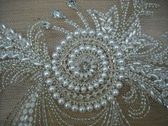Одноклассники Bead Embroidery Tutorial, Bead Embroidery Patterns, Beaded Jewelry Patterns, Beading Patterns, Embroidery Stitches, Embroidery Designs, Pearl Embroidery, Hand Embroidery Dress, Tambour Embroidery