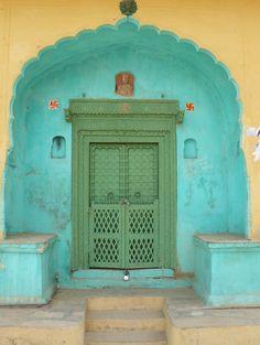 Est-ce la même porte? Quelque part en Inde... #photo #porte #door #voyage #travel Photo A. https://cultural-infusion.tumblr.com/post/69624662913/my-spirits-aroma-or-colors-of-india Photo B. http://pin.it/GdMBlkE