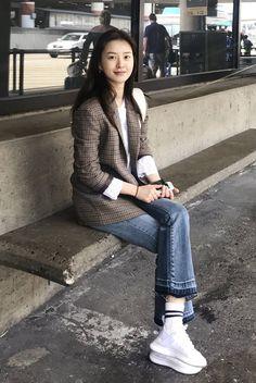 패션엔 :: [그 옷 어디꺼] 윰블리 정유미, 클래식한 가을 리얼웨이 공항룩 어디꺼? Fall Fashion Outfits, Grey Fashion, Minimal Fashion, Denim Fashion, Daily Fashion, Love Fashion, Korean Fashion, Womens Fashion, Casual Work Outfits