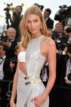 Loreal Paris brand ambassador Karlie Kloss looked flawless in an edgy Aterlier Versace Couture jumpsuit as she graced the ‪red carpet on Day 1 of the Annual Cannes Film Festival on May 2015 in Cannes, France. Karlie Kloss, Red Carpet Hair, Red Carpet Looks, Claudia Schiffer, Cannes Film Festival 2015, Cannes 2015, Illinois, Fashion Models, Fashion Beauty
