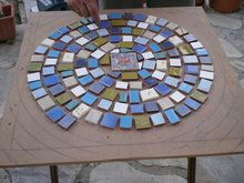 Dos mesas de mosaico, paso a paso | Hacer bricolaje es facilisimo.com Mosaic Crafts, Mosaic Art, Mosaic Stepping Stones, Projects To Try, Outdoor Blanket, Mirror, Home Decor, Backyard, Rock