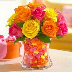 Para noivas românticas, as flores coloridas colocadas em um vaso simples é uma boa opção. Trará ao casamento detalhes mais aconchegantes! Foto: reprodução