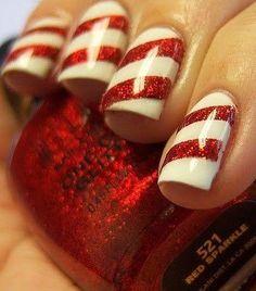 Unha com esmaltes branco e vermelho