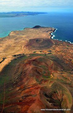 Vista aérea panorámica de la dorsal volcánica de #La_Graciosa, la octava isla en el archipiélago #Chinijo, al norte de #Lanzarote, #Islas_Canarias,