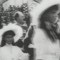 Champagne for Lulu: Nicholas II, Alexandra and Tsarevitch Alexeï during the tercentenary procession at Kremlin follow by Tatiana with the Grand Duke Cyrille Wladimirovitch, Maria with the Grand Duke Boris Wladimirovitch and Anastasia with the Grand Duke Dimitri Pavlovitch. (Olga and the Grand Duke Michael are cut by the footage)