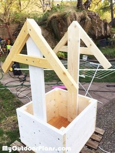 Wishing Well Planter Box | MyOutdoorPlans | Free Woodworking Plans and Projects, DIY Shed, Wooden Playhouse, Pergola, Bbq