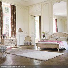 Dieser Wandspiegel dient zur Raumvergrößerung – er öffnet den Raum und vergrößert ihn um ein Vielfaches. Der Stuck und die Textilien sorgen für…