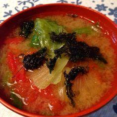 トマトの味噌汁を飲みたくてレシピを探しました。レタスのシャキシャした食感とトマトの酸味が美味しい味噌スープ。 - 10件のもぐもぐ - トマトとレタスの味噌スープ。 by kazkichi