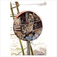Krásný příklad recyklace plechovek. Tyčka zajistí hmyzímu domečku stabilitu. Výplně je ideální různorodá.    Jen prosím používejte čisté plechovky nejlépe od potravin. Ne ty od ředidel, barev či jiných jedů.