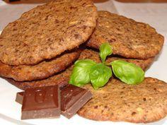 Do jedné misky si připravíme odvážené vločky, mouku, Solamyl a prášek do pečiva. Do další misky nahrubo nastrouháme čokoládu a oříšky (ty můžeme...
