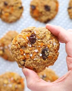 Delicious oatmeal carrot cake cookies are the perfect cookie to eat anytime They re made with oats white whole wheat flour grated carrots cinnamon nutmeg and raisins Fruit Smoothies, Smoothie Recipes, Cookie Recipes, Dessert Recipes, Desserts, Carrot Cake Cookies, Snacks Saludables, Perfect Cookie, Healthy Cookies