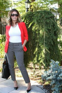 black-and-white-printed-pants I need to gather the courage to wear print pants - love the look with the bright sweater Patterned Pants Outfit, Printed Pants Outfits, White Pants Outfit, Black Dress Pants, Men's Pants, Checker Pants, Black And White Pants, Fashion Clothes, Womens Fashion
