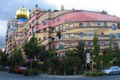"""Viyanalı sanatçı Friedensreich Hundertwasser tarafından tasarlanan Almanya'nın, Darmstadt şehrinde bulunan """"Forest Spiral""""in yapımı, 1998-2000 yılları arasında gerçekleşmiş. Her biri birbirinden farklı 1000 adet penceresi olan yapının, teras, kafe, park yeri, restoran, bar ve oyun alanı gibi farklı fonksiyonları da bulunuyor."""