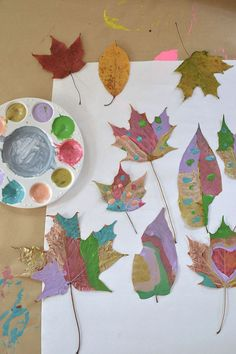 Children paint dried leaves and wrap twigs with yarn to make beautiful mobiles. Easy Crafts For Kids, Toddler Crafts, Diy For Kids, Autumn Crafts, Nature Crafts, Arts And Crafts, Paper Crafts, Diy Crafts, Leaf Crafts