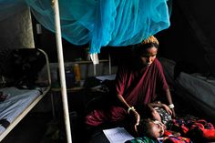 A Somali refugee cares for her sick and severely malnourished daughter in MSF's therapeutic feeding center in a camp in Kenya 2011 © Lynsey Addario/VII Somali Refugees, Refugee Camps, Kenya, Sick, Abs, Daughter, Photos, Women, Faces