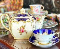 Vintage Tea Pot by Sadler England 🌹🌹🌹🌹🌹 Antique Tea Sets, Tea Sets Vintage, Tea Cup Saucer, Tea Cups, Old Tea Pots, Tea And Crumpets, Chocolate, Vintage China, China Porcelain