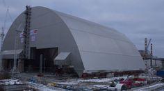 30 ans après l'explosion de l'un des réacteurs de la centrale nucléaire de Tchernobyl située à l'époque dans l'Union Soviétique, une arche est en cours de déploiement pour remplacer le sarcophage en béton. Construit à la hâte à l'époque, celui-ci est en effet fissuré et menace de s'effondrer.