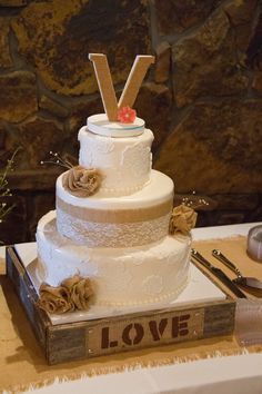 ♡ Country western #wedding #Cake ... For wedding ideas, plus how to organise an entire wedding, within any budget ... https://itunes.apple.com/us/app/the-gold-wedding-planner/id498112599?ls=1=8 ♥ THE GOLD WEDDING PLANNER iPhone App ♥  For more wedding inspiration http://pinterest.com/groomsandbrides/boards/ photo pinned with love & light, to help you plan your wedding easily ♡