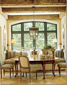 Wonderful dining nook...and far more rustic sophisticated than the usual. Love.