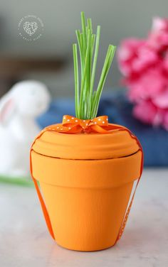 Paint terra cotta pots to make them look like… Terra Cotta Pot Carrot – ADORABLE! Paint terra cotta pots to make them look like carrots for spring or easter! Put gifts inside or use them as decoration. Clay Pot Crafts, Diy Crafts, Bunny Crafts, Rock Crafts, Garden Crafts, Diy Osterschmuck, Easter Crafts For Adults, Easter Flowers, Gift Flowers