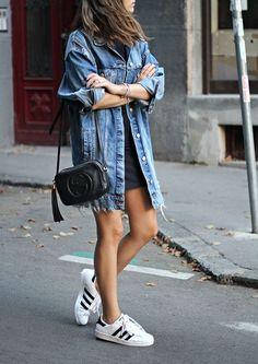 Jaqueta jeans oversized, vestido preto cruto, tênis Adidas branco