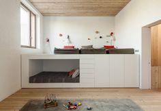 La zona notte è ospitata lungo il primo piano della casa riqualificata nel 2014 da H Arquitectes in Catalogna. I progettisti hanno ideato un pratico soppalco polifunzionale, che offre uno spazio rialzato e intimo per il relax, vani per lo storage e un letto a nicchia