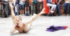 """Secretsundance en el Mercado de San Fernando con Ugne Dievaityte y su pieza """"Female""""... #madrid #places #lugares #people #gente #urbanscenes #canon #eos5DMarkIV #spring #primavera #danza #dance #contemporarydance #descalzinhadanza #lavapies"""