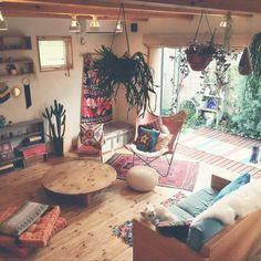 timoshinさんの、ガーデニング,いぬと暮らす,DIY,雑貨,ブログやってます,ボヘミアン,ハンドメイド,インスタ→omura.timo,weaving,観葉植物,BOHO,キリム,スザンニ,プフ,BFKチェア,部屋全体,のお部屋写真