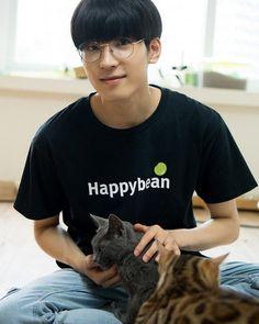 Wonwoo with cats 😍 - Seventeen Wonwoo, Seventeen Debut, Woozi, Jeonghan, Satan, Park Bo Gum Wallpaper, Won Woo, Boyfriend Pictures, Seventeen Wallpapers