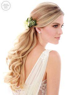 Penteado de noiva - cabelo meio preso ondulado com flores naturais { Foto: Felipe Lessa   Beleza: Jr Mendes }