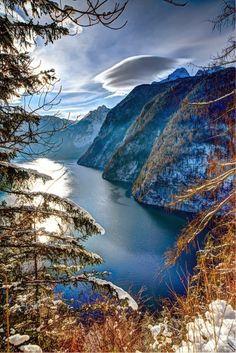 Königssee é um lago a sudeste da Baviera , cercado de montanhas .