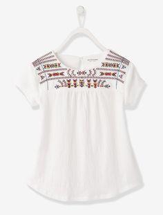 Coup de coeur sur les détails brodés de ce joli T-shirt fantaisie ! T-shirt manches courtes Matière effet crépon Encolure ronde Empiècement brodé doublé à la poitrine et dans le dos Fronces devant et dos sous empiècement Ouverture par goutte boutonnée au dos Dos plus long CE QU'IL FAUT SAVOIR La santé de vos enfants avant tout ! Cet article bénéficie du label international Confiance Textile Oeko-Tex Standard 100 : c'est la garantie d'un produit sans substance nocive ou irritante pou...