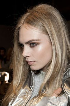 Cara Delevingne natural, blonde, highlights, long hair, brows
