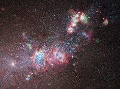 """The Dwarf Galaxy, entourée de jeunes étoiles et nuages de gaz. La NASA en fait un """"laboratoire"""" idéal pour étudier l'évolution et la création des étoiles. http://www.linternaute.com/"""